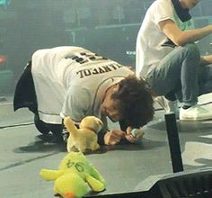[1/2] puppies Chanyeol & Baekhyun playing with a puppy toy (1/2)