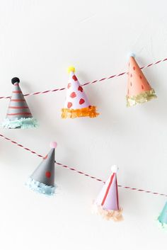 party has garland tutorial - DIY crafting instructions / tutorial for self-made party decorations Ideal for the children's carnival and a great craft idea for the carnival party to make a garland out of colorful party hats - Clown Party, Elmo Party, Mickey Party, Dinosaur Party, Dinosaur Birthday, Diy Birthday, Birthday Parties, Birthday Cakes, Birthday Garland