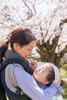 292:「せっかく、満開の桜の下へと辿り着いたのに、すっかり寝入ってしまった長男。 その寝姿を優しく見守るママの表情が、とても印象的でした。」@弘前公園