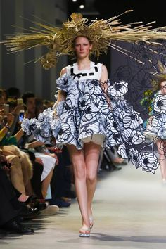 I love the raw straw hats in the collection and the varying necklines! Gorgeous! Esp love how this one is the gradual progression from 2D to 3D. Victor & Rolf Pairs Haute Couture 2015