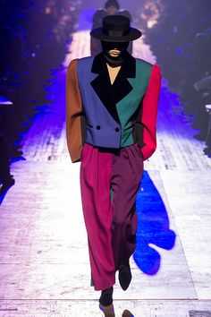 A color blocked suit with large shoulders at Marc Jacobs. Runway Fashion, Suit Fashion, 80s Fashion, Fashion History, Couture Fashion, High Fashion, Fashion Show, Vintage Fashion, Fashion Looks