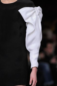 Short black dress with contrasting white bow sleeve detail - bold monochrome fashion design details // Viktor & Rolf Sleeves Designs For Dresses, Sleeve Designs, Couture Details, Fashion Details, Fashion Design, Monochrome Fashion, Trendy Fashion, Sewing Sleeves, Look 2018