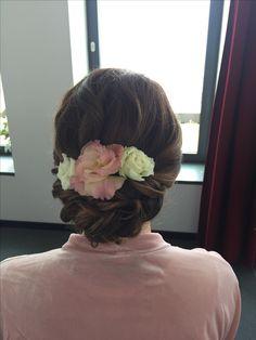Brautfrisur mit Blumenkranz , Blumen im Haar , hochzeitsfrisur , weddinghair , bridalhair with flowers , haarstyling , Updo , Chignon