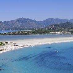 Weiße Sandstrände, malerische Buchten und ein türkisblaues Meer, das zum ausgiebigen Baden einlädt. Auf Sardinien kannst du dich super erholen …