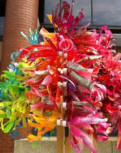plastic bottle tree The amazing Dale Wayne turns plastic bottles into shimmering joy. Plastic Bottle Flowers, Plastic Bottle Crafts, Recycle Plastic Bottles, Plastic Art, Recycled Bottles, Recycled Crafts, Diy Crafts, Recycled Materials, Art For Kids