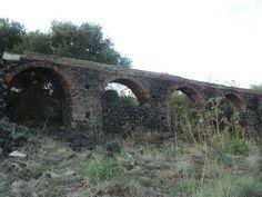 Resti dell'acquedotto benedettino all'interno del Parco Gioeni