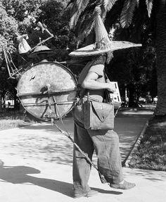 """""""Curioso chinchinero en la Plaza de Armas de Talca en 1950. Esta es una foto de Eliot Elisofon.…"""""""
