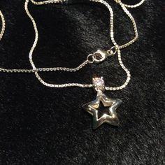 N925Z STELLA Ожерелье серебряное с фианитом | Silver necklace with cubic zirconia $180.00 $95.00 Миниатюрное ожерелье из серебра 925-й пробы с фианитом круглой бриллиантовой огранки. Кулон в форме звезды с полированной поверхностью с блеском. На серебряной цепочке замок-дельфин.  Miniature 925 sterling silver necklace with round diamond cut cubic zirconia. Star-shaped pendant's surface polished and bright. Lobster claw clasp on silver chain.