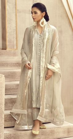 This is beautiful and class. Just can't do organza suit - dupatta would be ok Pakistani Fashion Party Wear, Pakistani Wedding Outfits, Indian Fashion Dresses, Dress Indian Style, Indian Designer Outfits, Indian Outfits, Fashion Outfits, Simple Pakistani Dresses, Pakistani Dress Design