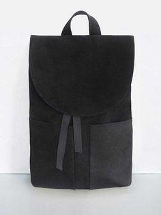 Siyah, düz bir sırt çantasını her zaman, her yerde ve her kıyafetle kullanabilirsiniz...
