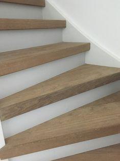 Geef je #trap een mooie, verzorgde uitstraling met #traprenovatie. Van #eikenhouten #overzettreden tot massief hout. Laat de trap afwerken in dezelfde kleur als jouw #houtenvloer of kies uit een van de vele kleurafwerkingen. Geef de trap een luxe uitstraling d.m.v. #ledverlichting #dehoutfabriek Stair Renovation, Staircase Design, Open Trap, Stairways, Home Interior Design, Solid Wood, New Homes, House Styles, Decorations
