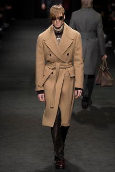 Guarda la sfilata di moda uomo Versace a Milano e scopri la collezione di abiti e accessori per la stagione Autunno Inverno 2017-18.