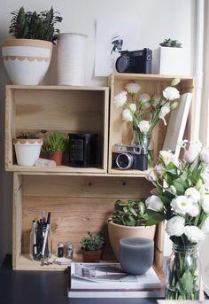 Una colección de cajas de vino se convierten rápidamente en un estante rústico. | 19 Cosas adorables que mantendrán tu escritorio organizado