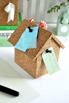 A cork board mini house that conceals a desktop storage box within - and can pushpin notes, stick sewing pins, etc. to the cork . serving 2 functions ins 1 :) Cork Crafts, Crafts To Do, Diy Cork, Diy Projects To Try, Craft Projects, Desk Organization Diy, Office Storage, Diy Y Manualidades, Ideias Diy
