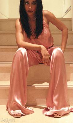 The Late Beautiful Aaliyah in a Peachy Jumper Rip Aaliyah, Aaliyah Style, Christina Aguilera, Her Music, I Love Music, Jennifer Lopez, Rihanna, Pretty People, Beautiful People
