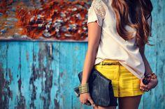 Unos pantalones cortos de lino amarillo