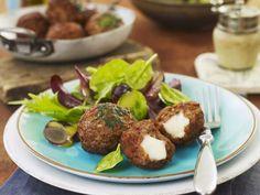 Probieren Sie die leckeren Hackklößchen mit grünem Salat von EAT SMARTER oder eines unserer anderen gesunden Rezepte!