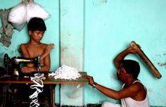 Si l'occident a développé un statut protecteur entre temps (dont le rôle est relatif aujourd'hui), ces clichés n'ont rien de vieux pour certains endroits du monde. Le travail des enfants est toujours d'actualité pour des millions d'entre-eux. Retour sur cette autre série de clichés d'enfants esclaves, plus actuelle, de GMB Akash.