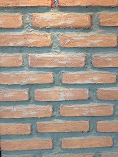 Não quer fazer quebradeira na sua casa? Vem aprender como fazer uma parede de tijolinho alternativa.