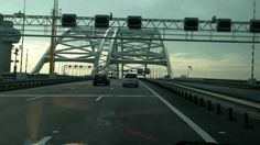 Le Pont de Rotterdam emprunté par des citoyens.  5 voies d'un sens et 5 voies pour un autre sens.  Total 10 voies de circulation.