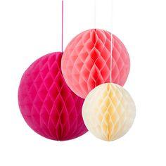 Wabenbälle in Pink, Rosa und Creme als Hochzeitsdeko. Sowohl für die Innenraumdeko, als auch Außenraumdeko perfekt geeignet.