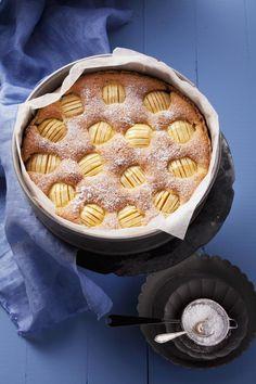 Unbeschreiblich lecker: Versunkener Apfelkuchen ist immer eine gute Idee! In unserem Rezept kommt noch Apfelmus in den Teig, das macht ihn schön fluffig!