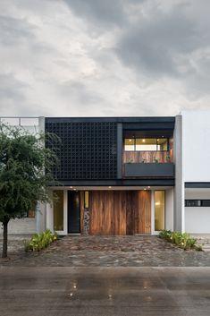 Galería de Casa ML / ALMACÉN de Arquitectura - 1 Minimal House Design, Best Modern House Design, Small Modern Home, House Front Design, Arch House, Facade House, Concept Models Architecture, Modern Tropical House, Small Villa
