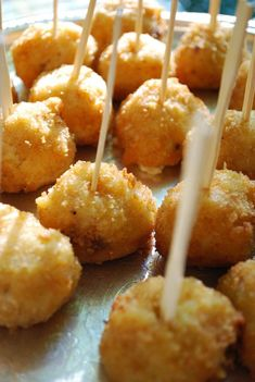 Wedding Food truffled mac and cheese pops - wedding finger foods - This week we're out to prove that wedding appetizers don't have to be cheese and fruit platters. Wedding Appetizers, Best Appetizers, Appetizer Recipes, Cheese Appetizers, Wedding Finger Foods, Catering Menu, Catering Display, Wedding Catering, Catering Recipes
