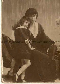 Regina Maria si principesa Ileana, s. Royal Beauty, Ferdinand, Descendants, Edinburgh, Crowns, Vintage Photos, Victoria, Queen, Country