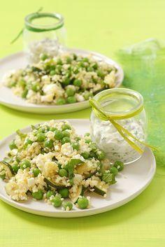 Zucchini-Erbsen-Couscoussalat mit Fetakäse | Zeit: 10 Min. | http://eatsmarter.de/rezepte/zucchini-erbsen-couscoussalat-mit-fetakaese