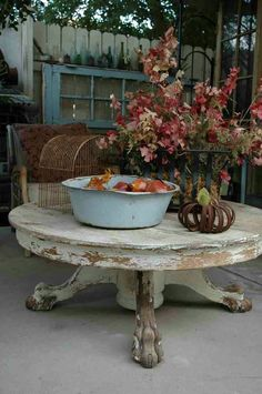 Love this chippy table and all the little treasures that surrounds it. http:// www.huisjekljken.com/foto-album