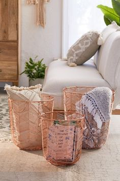 - A mix of mid-century modern, bohemian, and industrial interior style. Home and apartment decor, de Rose Gold Room Decor, Rose Gold Rooms, Gold Home Decor, Diy Home Decor, Living Room Designs, Living Room Decor, Dining Room, Cute Dorm Rooms, Metal Baskets