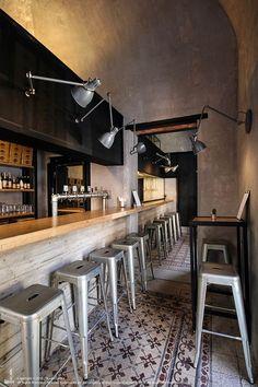 Studio DiDeA recently converted a former antique shop in Palermo, Sicily to a fast food restaurant. Decoration Restaurant, Deco Restaurant, Restaurant Interior Design, Design Café, Lounge Design, Bar Lounge, Pool Bar, Deco Pizzeria, Coffee Shop Design