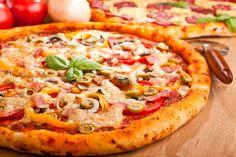 ***¿Cómo hacer Pizza con Bordes Rellenos?*** Aprende a preparar una genial 'rolling pizza', rellenando sus bordes con distintos ingredientes para darle un giro delicioso al favorito de todos....SIGUE LEYENDO EN..... http://comohacerpara.com/hacer-pizza-con-bordes-rellenos_12733c.html
