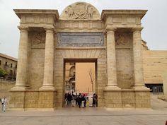 Arco del Triunefo o Puerta del Puente de Córdoba. Los arcos de triunfo son monumentos xconstruidos para conmemorar vistorias militares y más tarde festejaron a generales victoriosos.