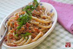 Spaghettoni al sugo di peperoni con tonno