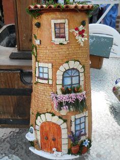 Pin uživatele MAJKA na nástěnce domečky Bottle Painting, Bottle Art, Tile Crafts, Clay Tiles, Flower Pots, Flowers, Rock Art, Glass Bottles, Canning
