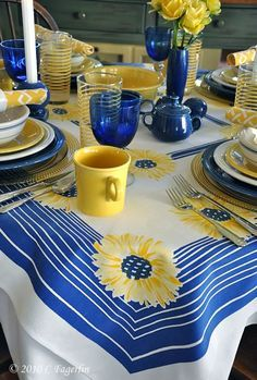 Fiestaware tablescape in yellow and cobalt blue Mellow Yellow, Blue Yellow, Cobalt Blue, Mustard Yellow, Yellow Cottage, Beautiful Table Settings, Vintage Tablecloths, Deco Table, Table Linens