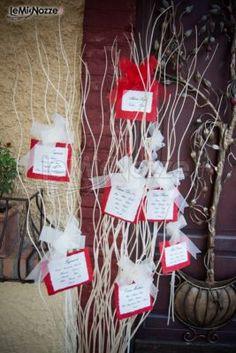 Tableau di matrimonio a forma di albero nei toni del rosso e del bianco. Wedding Planner, Gift Wrapping, Christmas Ornaments, Gallerie, Holiday Decor, Gifts, Vegetable Garden, Wedding Planer, Gift Wrapping Paper
