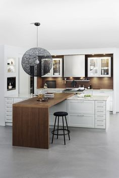 Examples of open kitchens: 7 ideas as inspiration for your modern kitchen - White Kitchen Remodel White Kitchen Appliances, Small Kitchen Cabinets, Kitchen Tops, Kitchen Layout, Real Kitchen, Shaker Cabinets, Kitchen White, Kitchen Modern, White Cabinets
