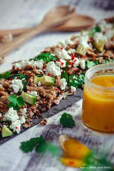 Quinoasallad med oumph, fetaost, avokado och het mangodressing