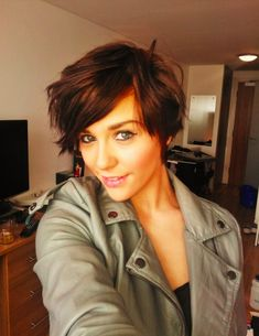Short feminine hairstyle. Great idea for growing out a half shave.