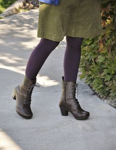 Dansko Nat. I want these. Dansko are recommended for stylists because they are great for your feet and stylish.