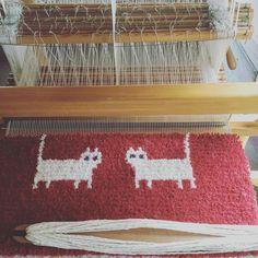 横長のマットを織っているところ。中々進まず💦暑いのでゆっくりやります☀️#ノッティング織り #ノッティング織椅子敷き #handweaving #woven #wool #毛糸#羊#羊毛#猫柄#椅子敷 #椅子敷き