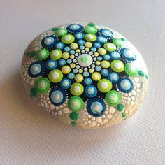 Alle Designs sind von Hand bemalt mit Acrylfarbe und sind mit hochwertigem Glanzlack geschützt. Alle Steine sind auf der Rückseite signiert.  Ich schicke alle Steine mit Priority Air Mail.