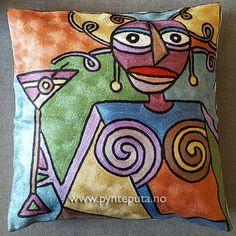 Pynteputa - Dame med maritini - Bronse. Motivet er tøft og stilig og har et spennende og moderne uttrykk som vil gi et ekstra løft til interiøret. Hovedfargene er i bronse, grønn, azurblå og lys gylden, med elementer i sort, brun, lilla, blå og hvit. Fra nettbutikken www.pynteputa.no #pyntepute #pynteputer #pynteputa #farger