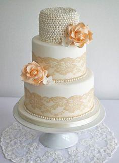 gâteau-mariage-blanc-décoré-perles-roses-dentelle-couleur-champagne