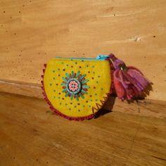 Porte-monnaie folk, bohème, jaune moutarde et bordeaux, brodé à la main, feutrine de laine, pompon, bouton fait main