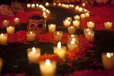 Veladoras representa el fuego. La velas demuestran esperanza. Las velas se coloquan en las cuatros esquinas de la mesa tambien son utilizada para guiar a los muertos.