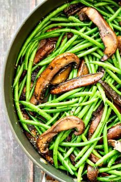 Garlic Green Beans with Portobellos and Parmesan - four ingredients and SO healthy and delicious! Vegan will replace Parmesan with vegan cheese Side Dish Recipes, Vegetable Recipes, Vegetarian Recipes, Cooking Recipes, Healthy Recipes, Veggie Food, Bean Recipes, Champignon Portobello, Healthy Snacks